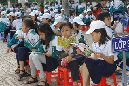 Học sinh say mê đọc sách trong không gian mở